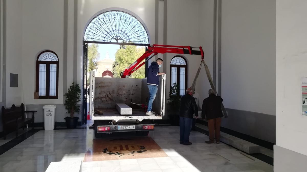 Trabajos de adecuación del pedestal para instalar el sarcófago de Blasco Ibáñez