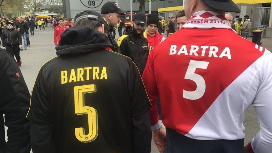 Seguidores del Mónaco serigrafían el nombre de Bartra en sus camisetas