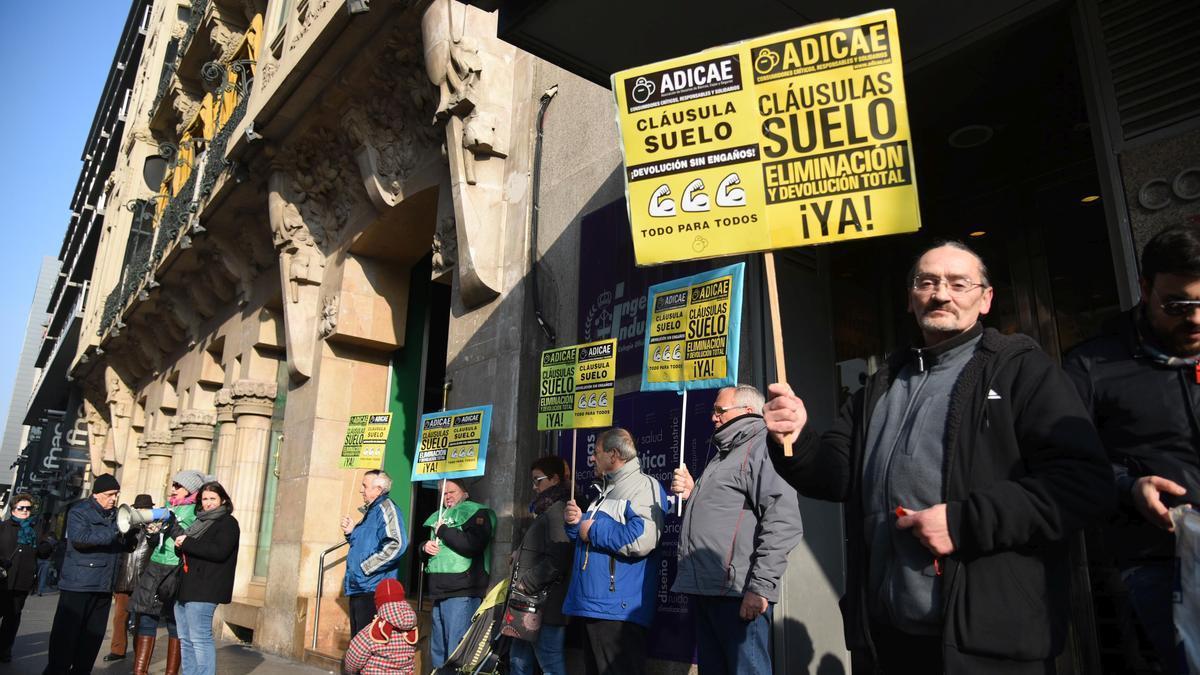Una protesta contra las prácticas bancarias abusivas, hace cuatro años en el centro de Zaragoza.