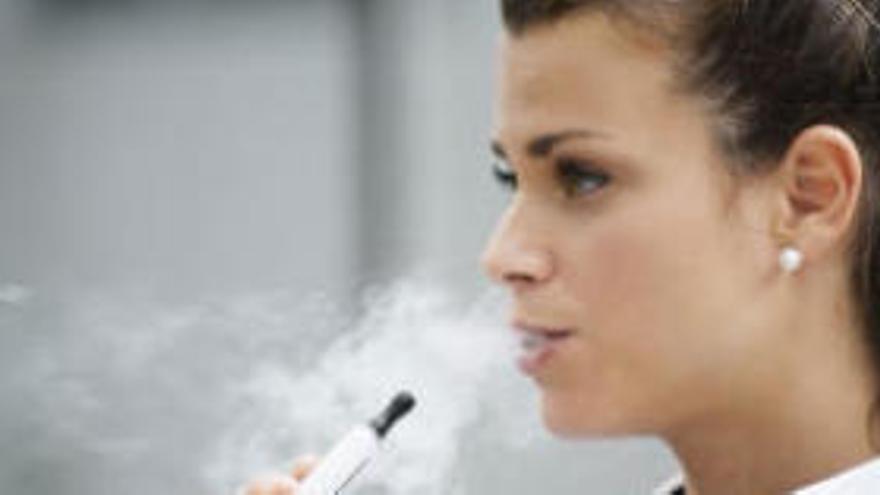 Sanitat alerta del risc de fumar cigarretes electròniques i de l'augment del seu consum entre joves