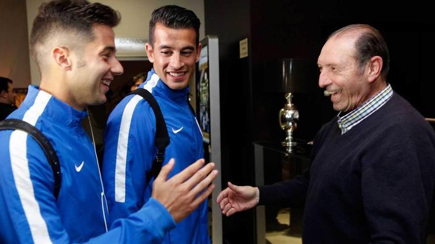 Quini recibe entre abrazos a Jony y a Luis Hernández