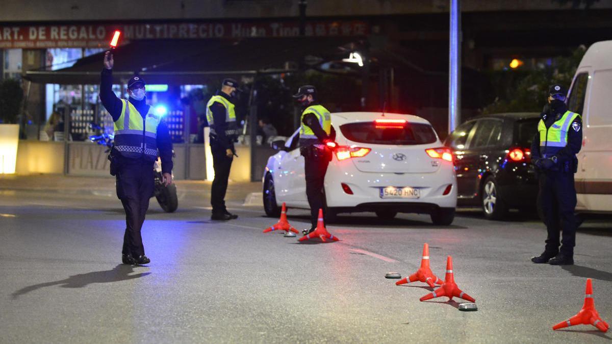 Los agentes de la Policía Local de Cartagena das el alto a un vehículo durante un control en la Plaza España.