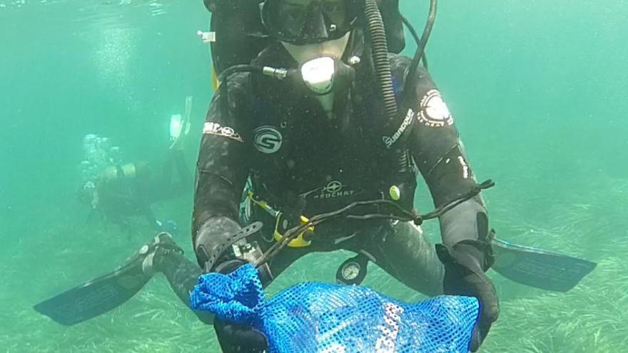 Fin de semana ecológico: limpieza en el puerto y dos playas de Altea