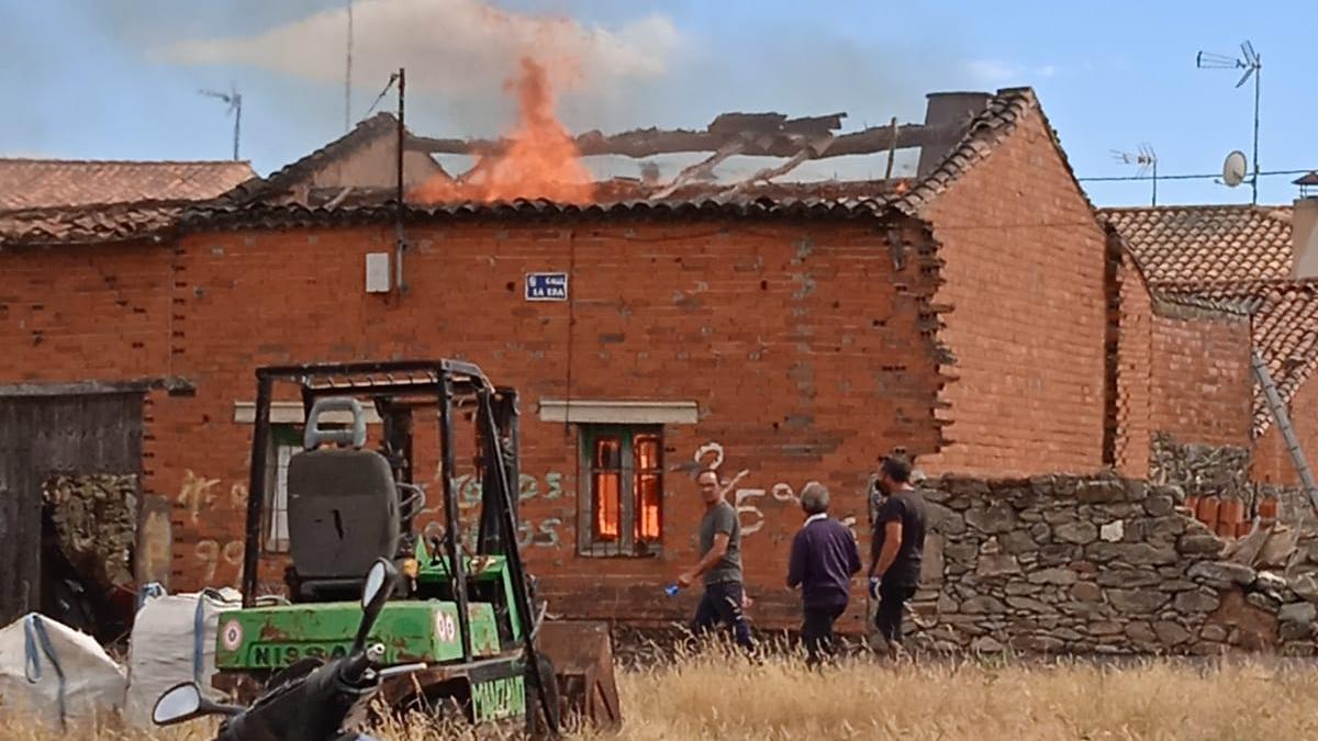 Vivienda incendiada en Villaseco del Pan.
