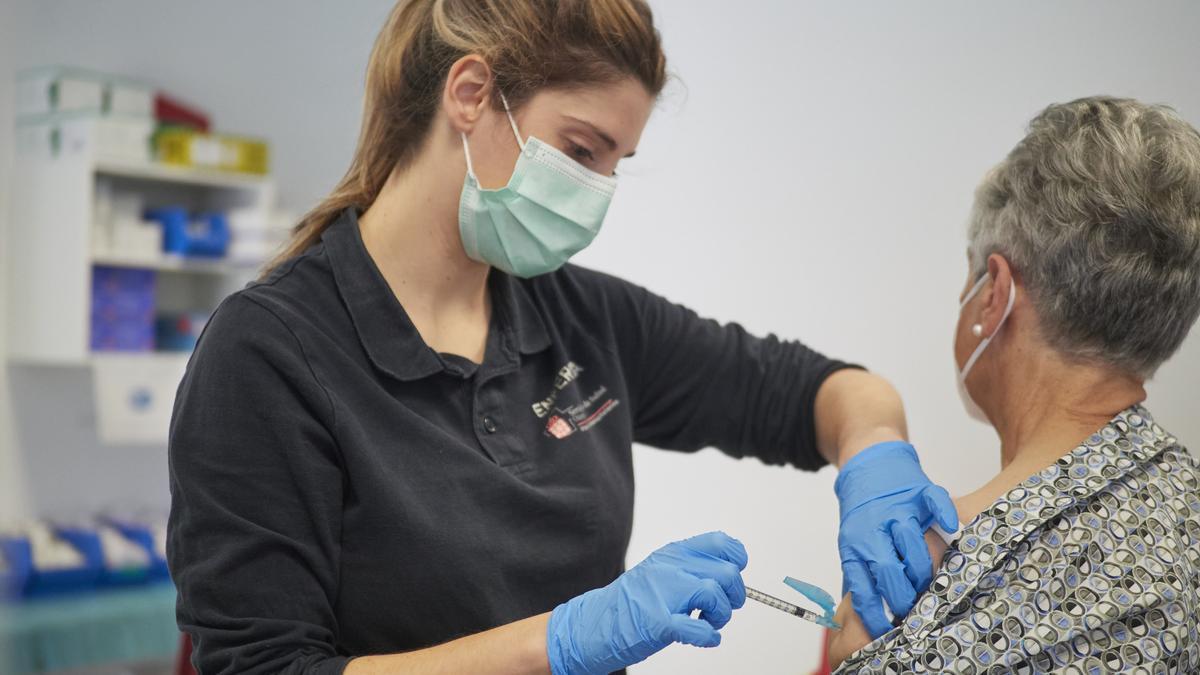 Una mujer recibe la vacuna de Janssen contra el covid-19