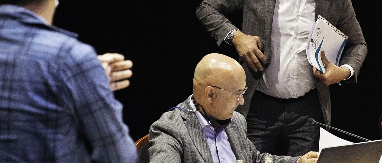 Blas Acosta abandona el pleno tras anunciar su renuncia a la presidencia, ayer. | | FUSELLI