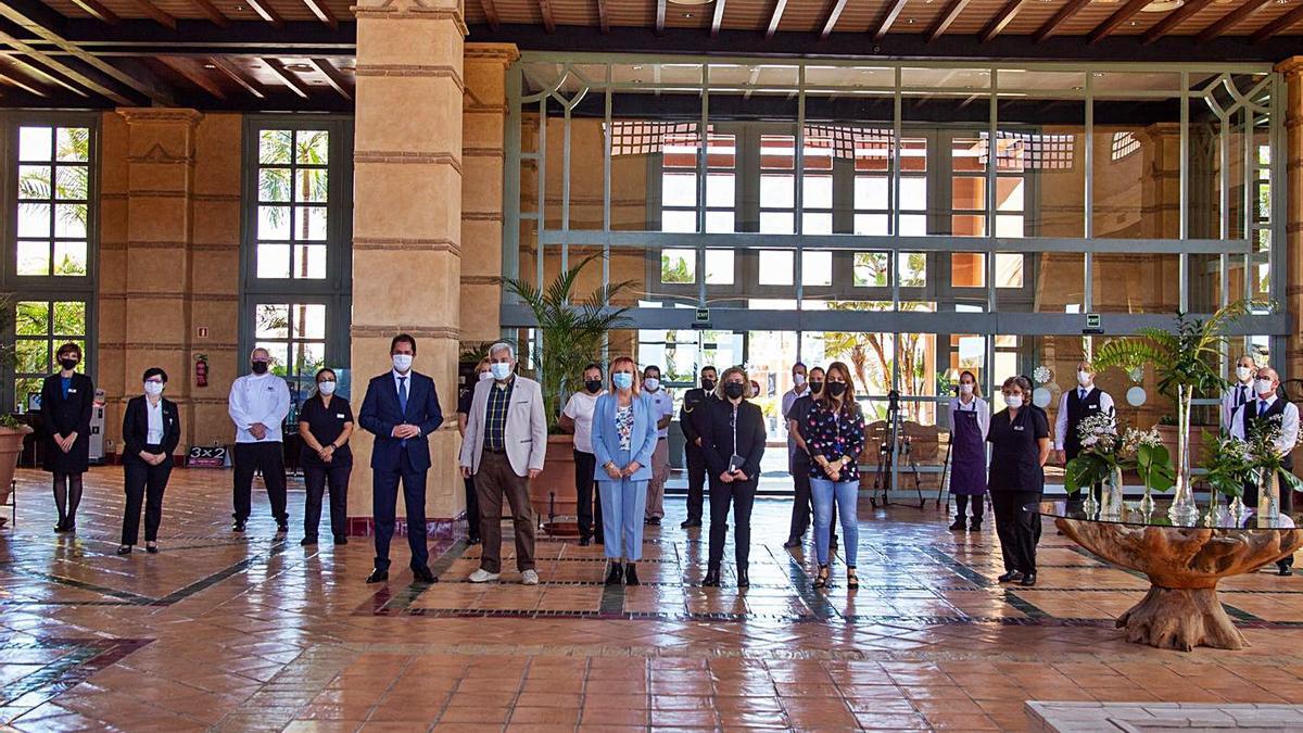 Las autoridades municipales adejeras posan con el director y personal del hotel H10 Costa Adeje Palace..