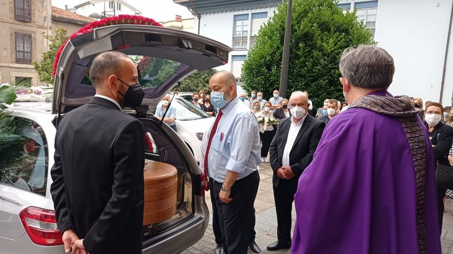 Un funeral con banda sonora para despedir a Ángel Vázquez, presidente de los Amigos de la Música de Siero