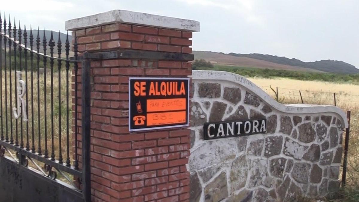 """El cártel de """"Se alquila"""" colocado a la entrada de Cantora."""