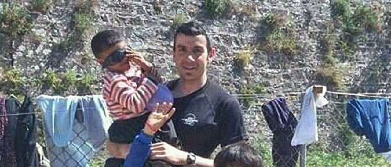 Arriba, Carlos Costales con unos niños en uno de sus viajes solidarios. Debajo, el bombero langreano.