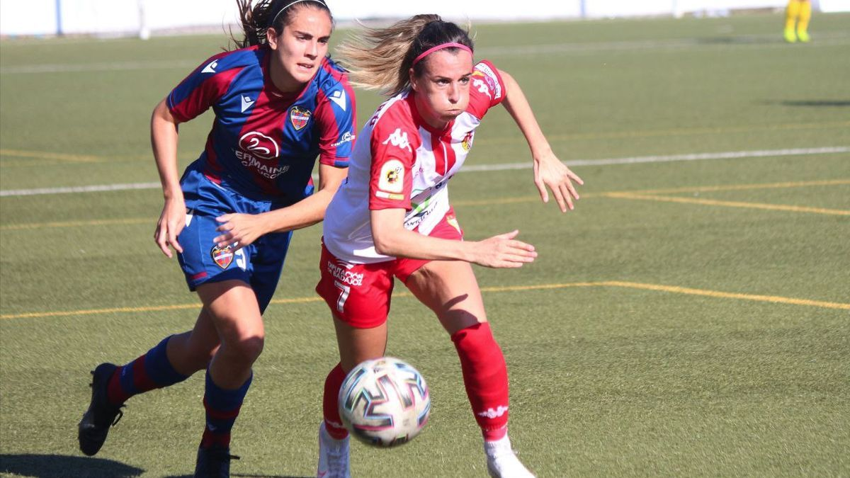 Patricia Mascaró, con el balón, presionada por una jugadora del Levante.