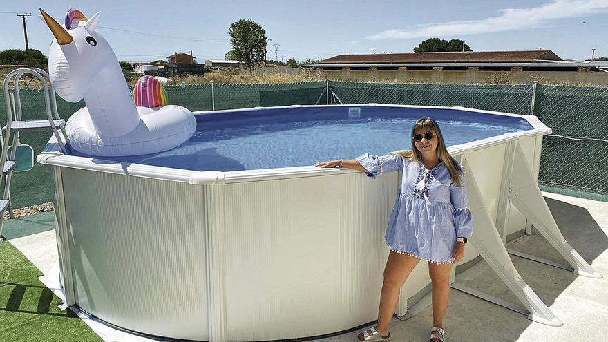 Una zamorana disfruta de su piscina portátil.