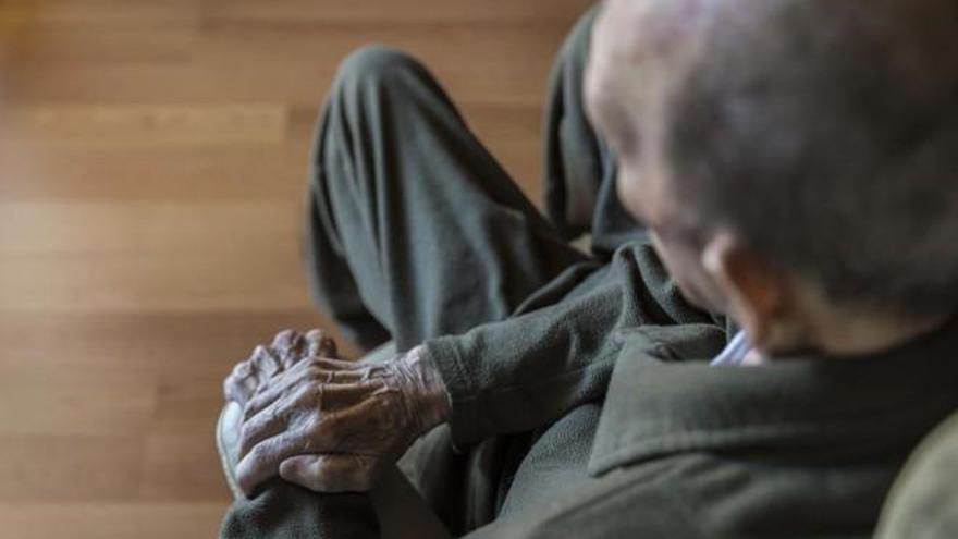 Aprovecha el alzhéimer de su padre para girarle los gastos del móvil e internet en Zaragoza