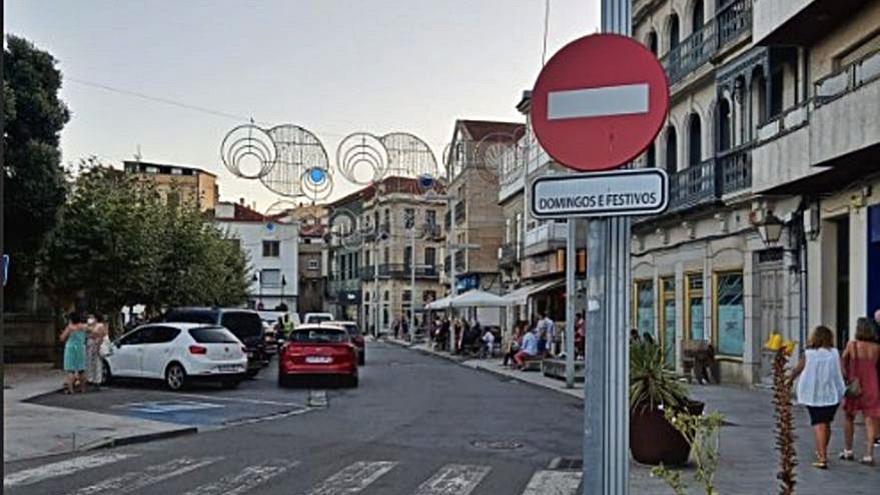 Quejas vecinales por la colocación de una señal de prohibido en Vincenti