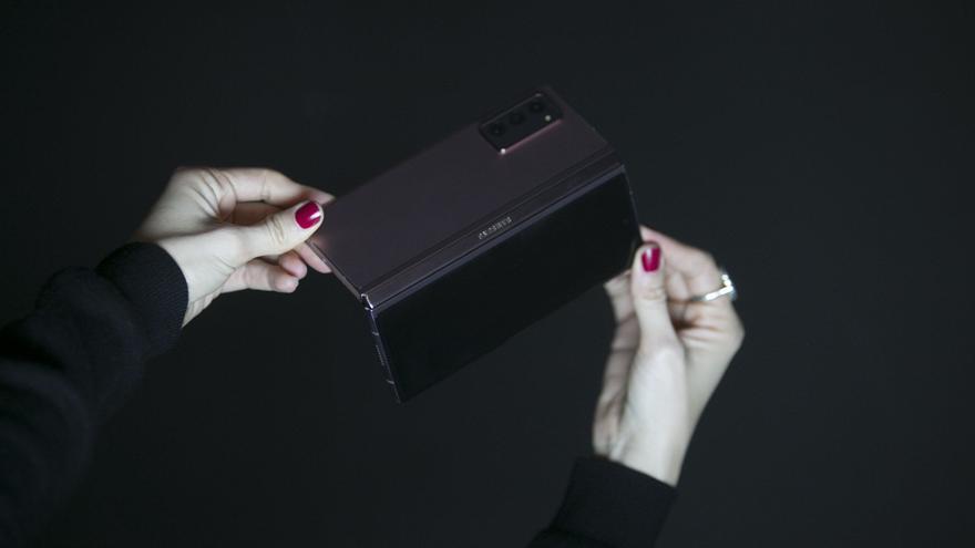 Un móvil que parecen dos: llega la pantalla plegable