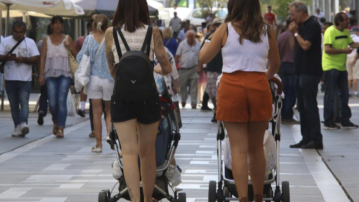 Dos mujeres pasean a niños en Zamora.