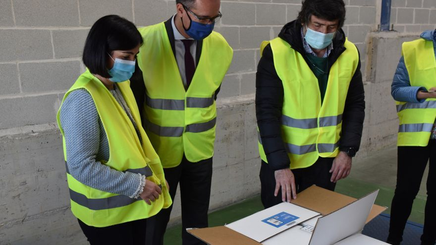 Carolina Darias y Pablo Fernández recepcionan las 46.800 vacunas de Pfizer han llegado hoy a Asturias