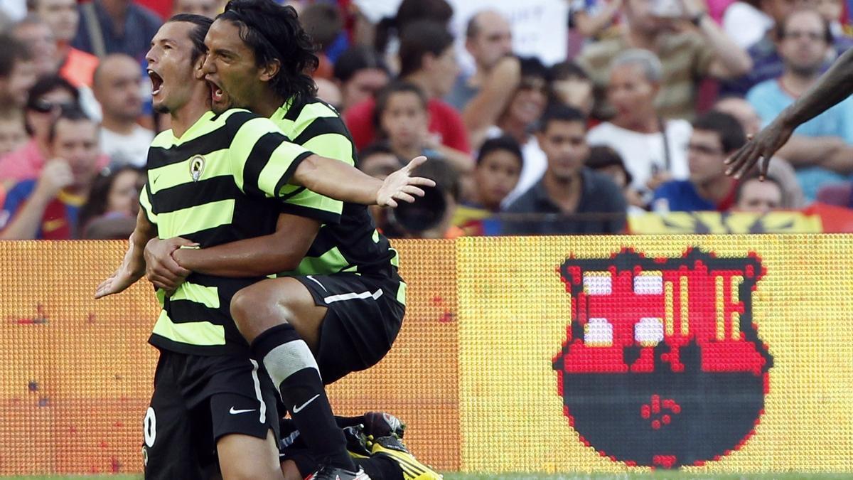 Valdez y Abel Aguilar celebran uno de los goles del paraguayo en el Camp Nou.