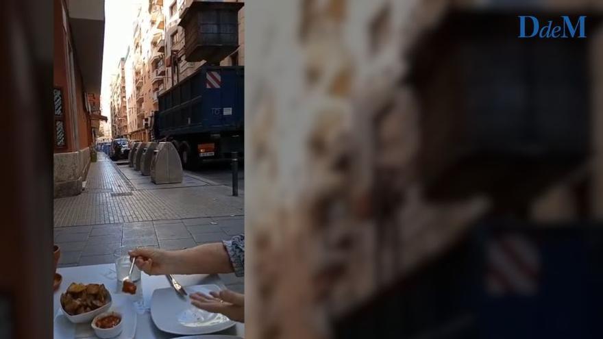 Denuncian que se recoge la basura en horario de comida en la zona de bares de Blanquerna