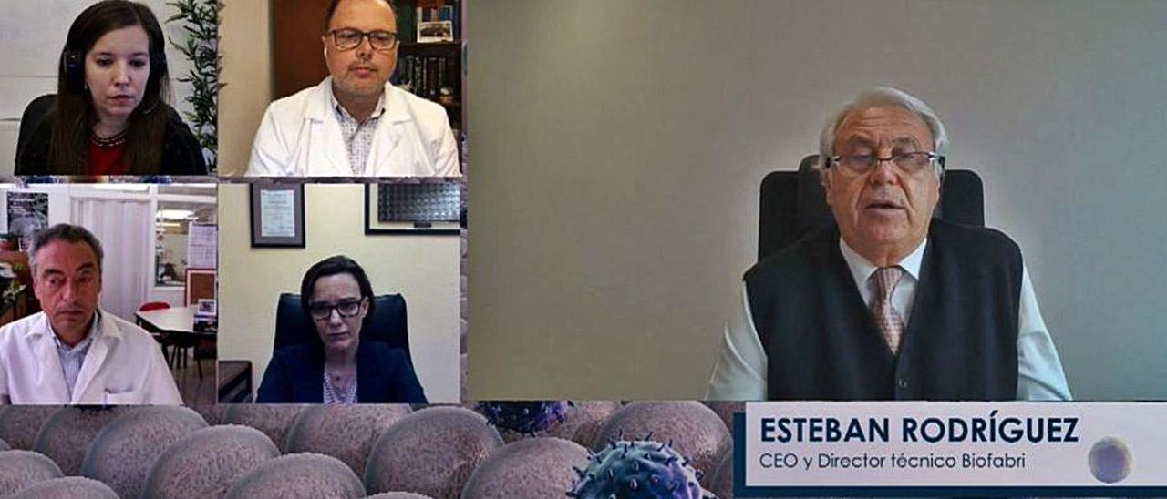 A la izq., Loli Pereiro, Federico Martinón (arriba), Carlos Martín y Ana Castro (abajo), con Esteban Rodríguez (debajo), durante el debate