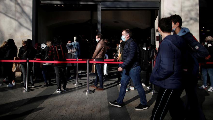 Colas de clientes a las puertas de un local en los Campos Elíseos de París