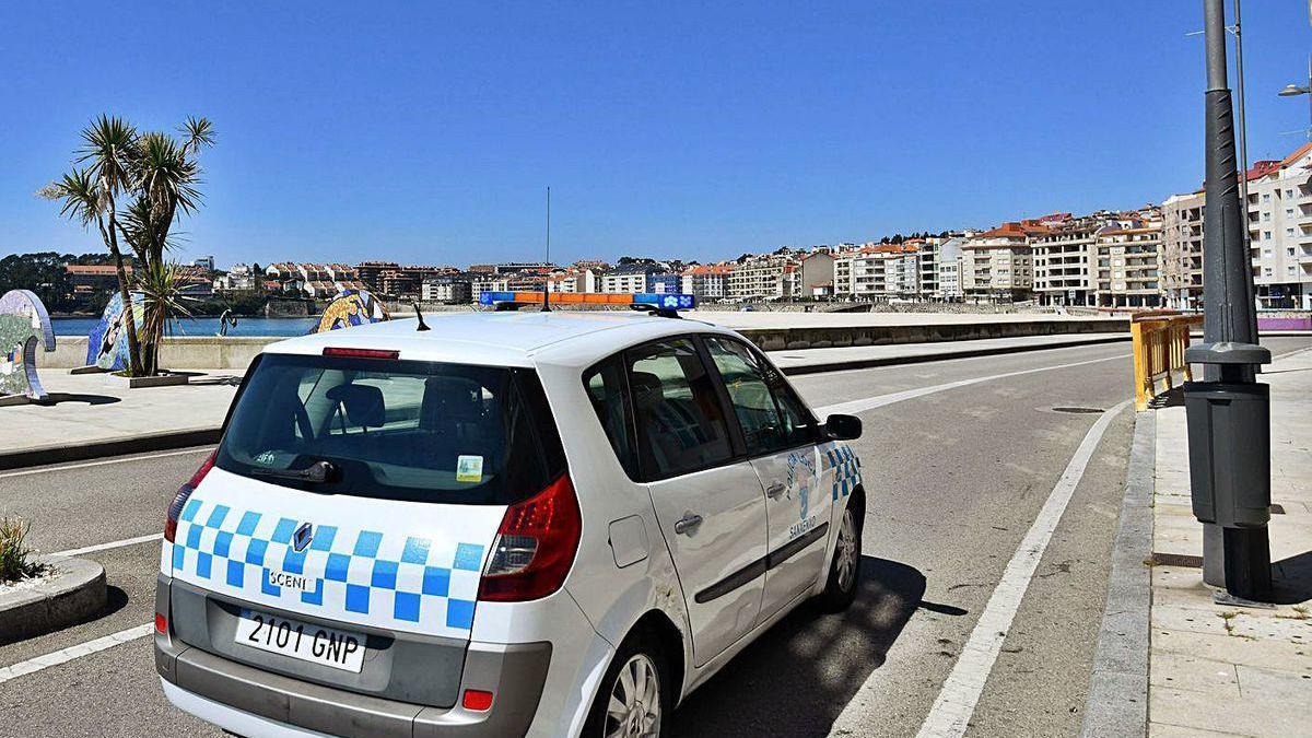 Una patrulla de la Policía Local en su vehículo por el paseo de Silgar.