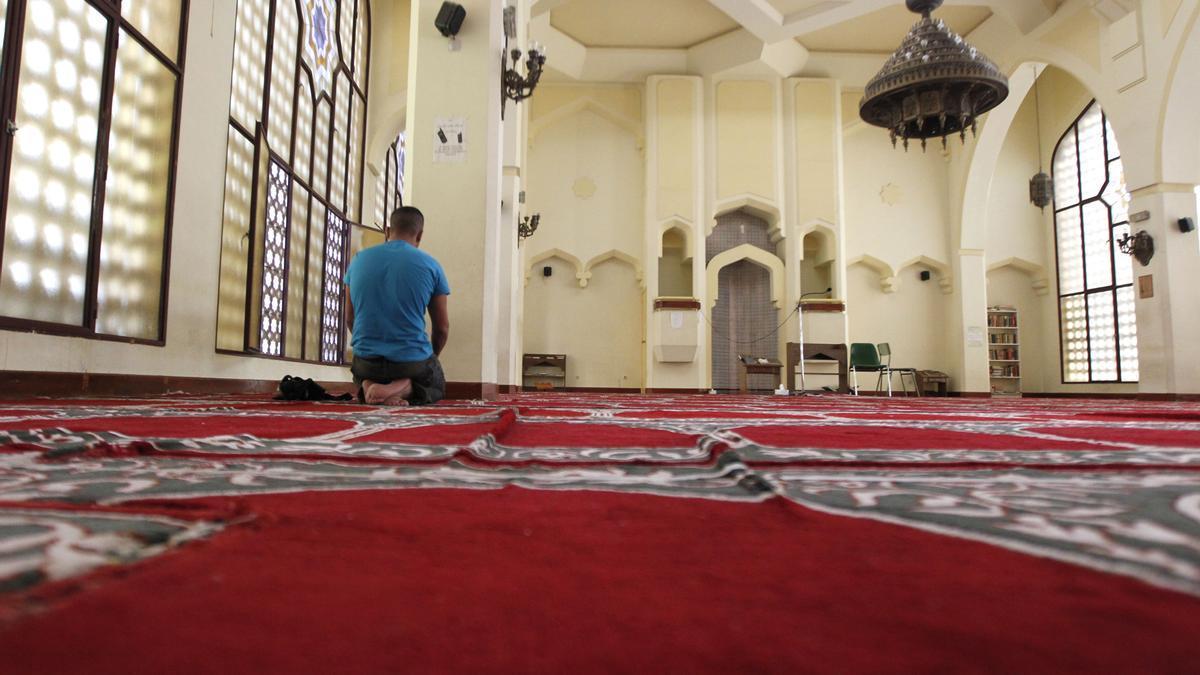Un hombre reza en una mezquita en Madrid.