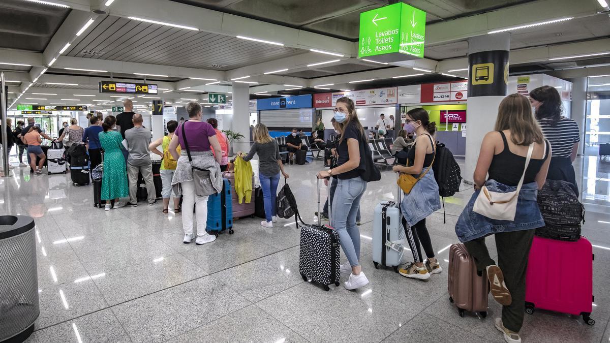 Turistas con mascarilla este verano en Son Sant Joan