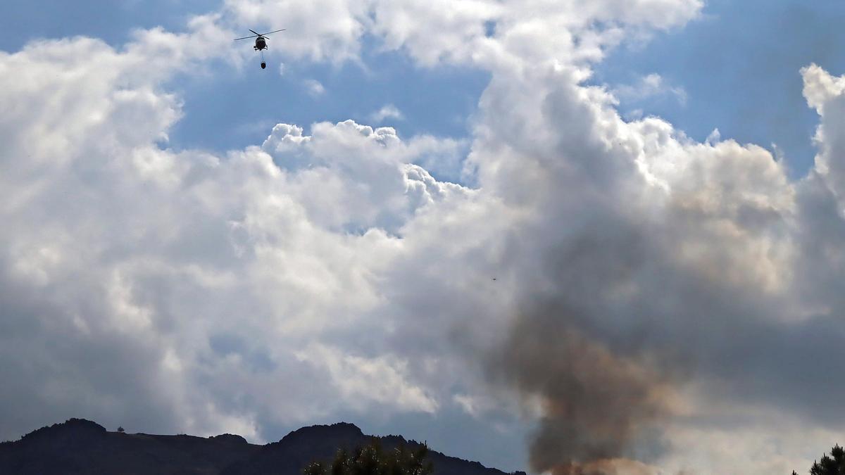 Un helicóptero durante las labores de extinción del fuego.