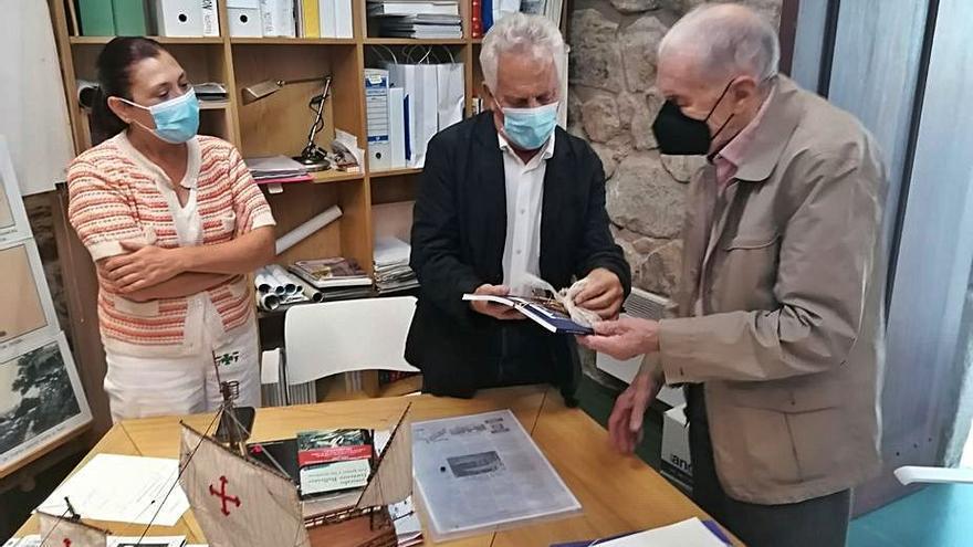 Un vecino de Portosanto dona libros y documentos a la Casa Museo de Colón