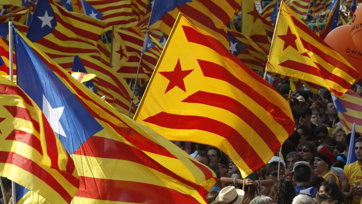 Una imagen de banderas catalanas.