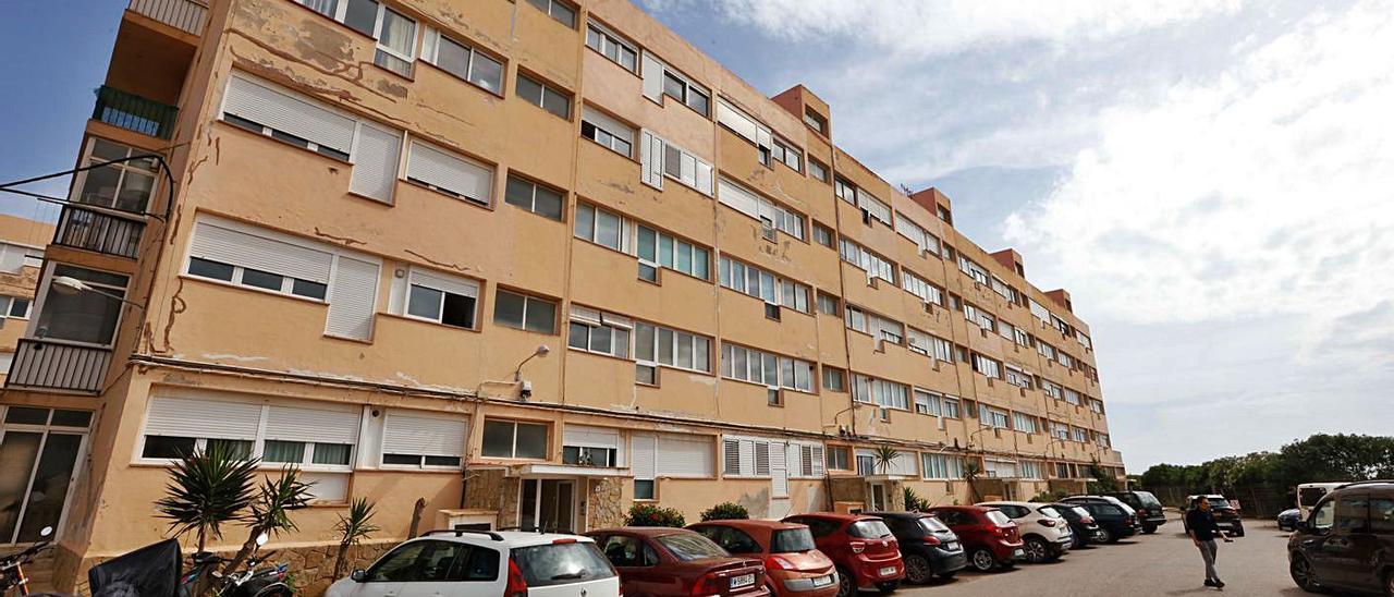 El futuro de los apartamentos Don Pepe centró el debate del pleno del Consell.   J.A.RIERA