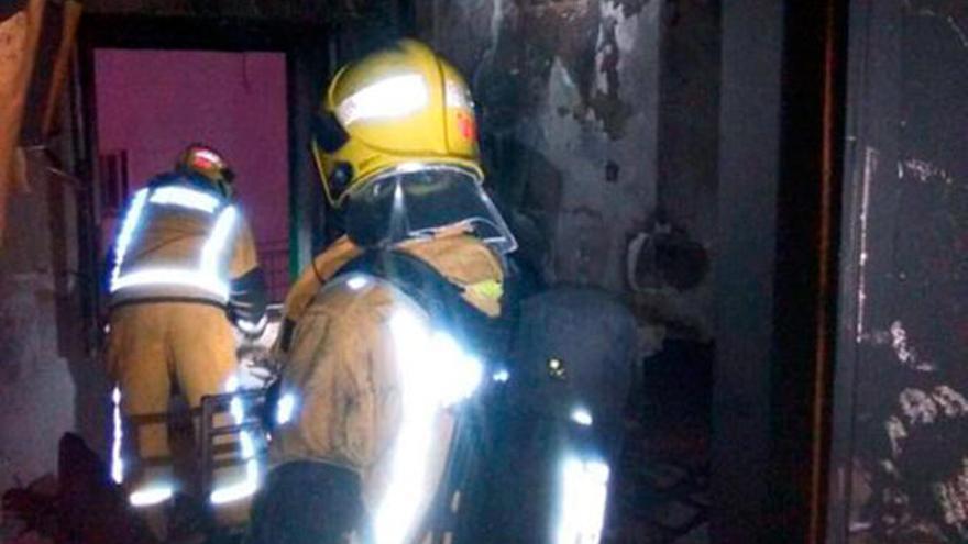 Un anciano sufre quemaduras graves en el incendio de un piso en Palma