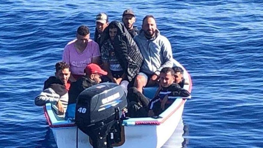 Rescatan una embarcación irregular con 23 inmigrantes a cinco millas de Lanzarote