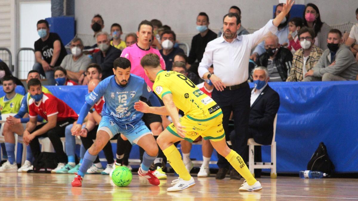 El jugador del Peñíscola con el cuero durante el partido.