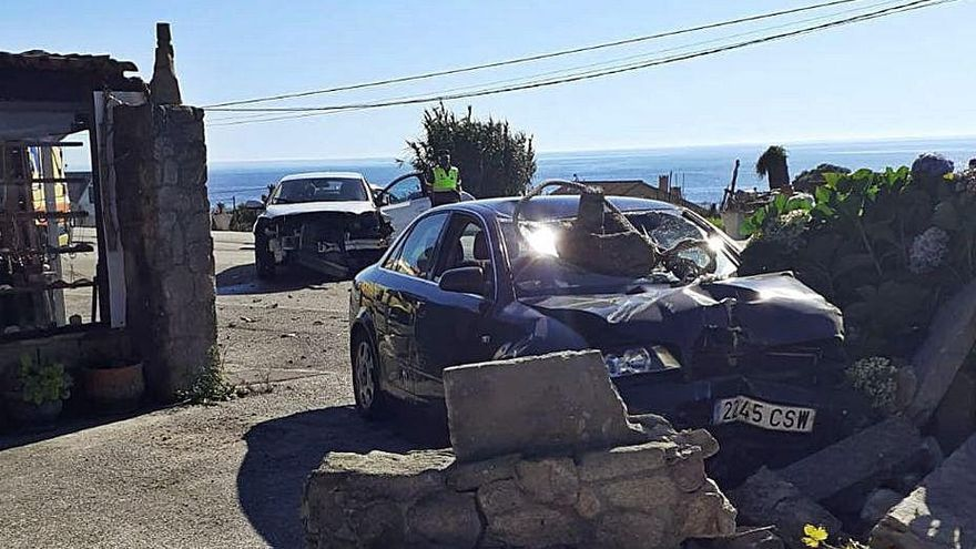 Cinco heridos en una doble colisión en Mougás