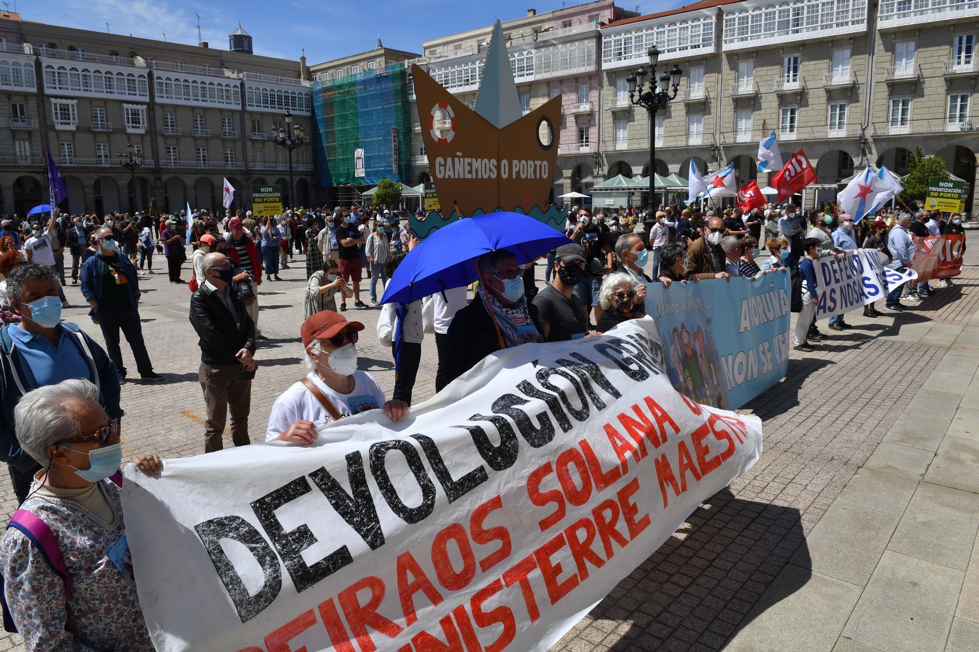 800 personas se manifiestan en contra de la venta de los muelles de A Coruña