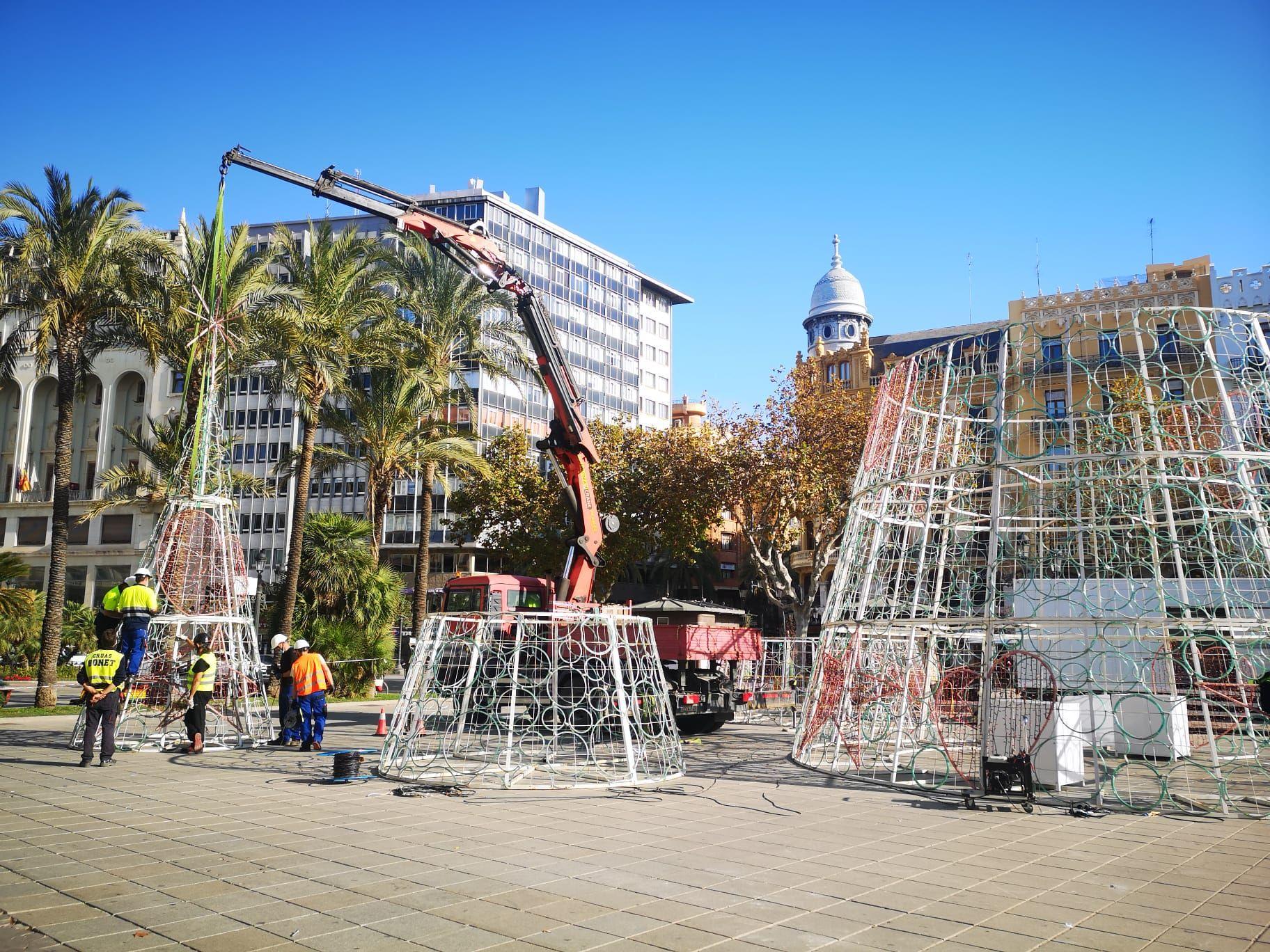 Empieza el montaje de navidad en la plaza del Ayuntamiento