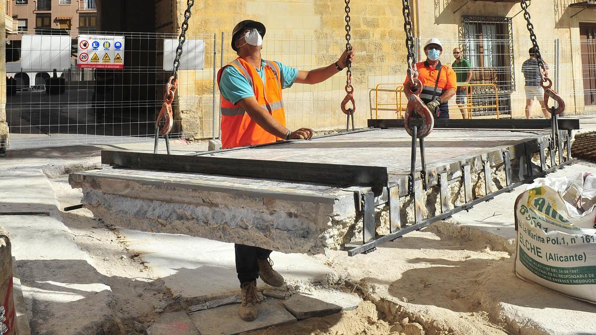 La extracción de uno de los mosaicos de la Plaça de Baix. |