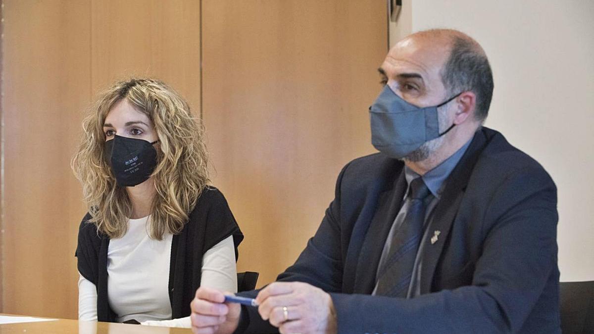 La socialista Èlia Tortolero i l'alcalde, Jordi Solernou, en la roda de premsa de dilluns