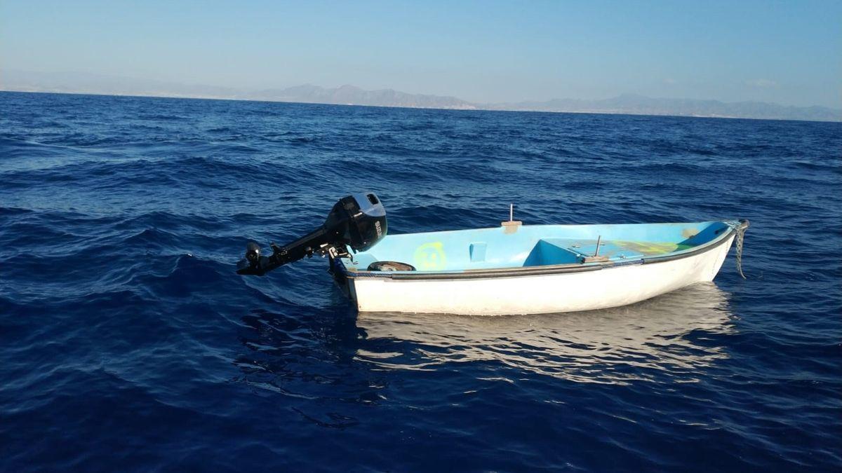 Una embarcación a la deriva en aguas canarias.