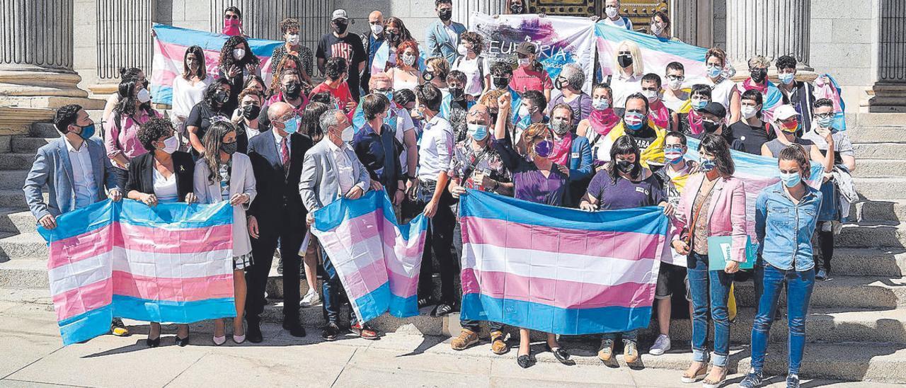 Activistas trans protestan a favor de la ley trans a las puertas del Congreso.