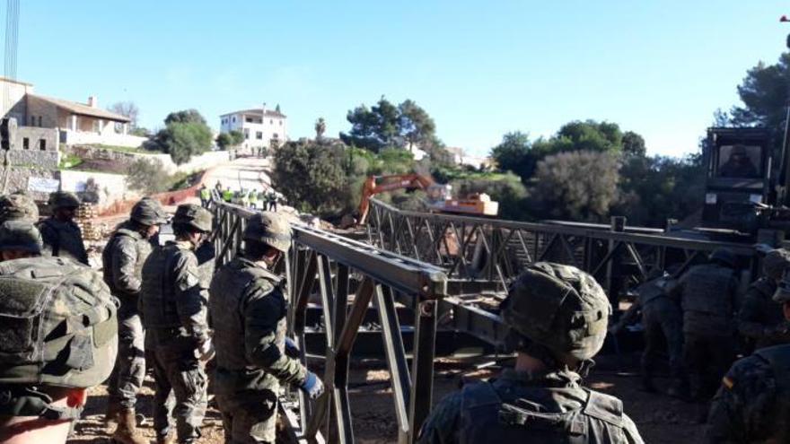 Spanisches Militär baut nach Flutkatastrophe Brücke auf Mallorca auf