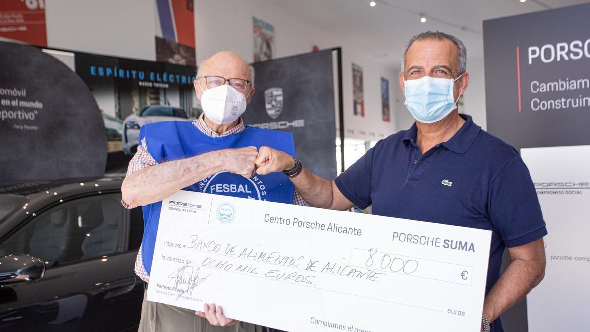 Porsche Alicante dona 8.000 euros al banco de Alimentos.