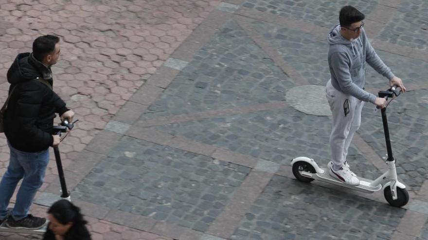 Tráfico quiere prohibir que los patinetes eléctricos vayan por la acera y a más de 25 km/h
