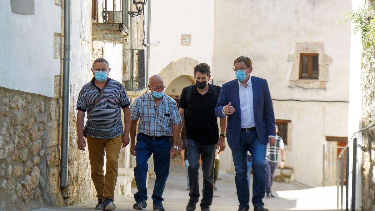 El presidente de la Generalitat, Ximo Puig, durante su visita a la localidad castellonense de Vallibona.