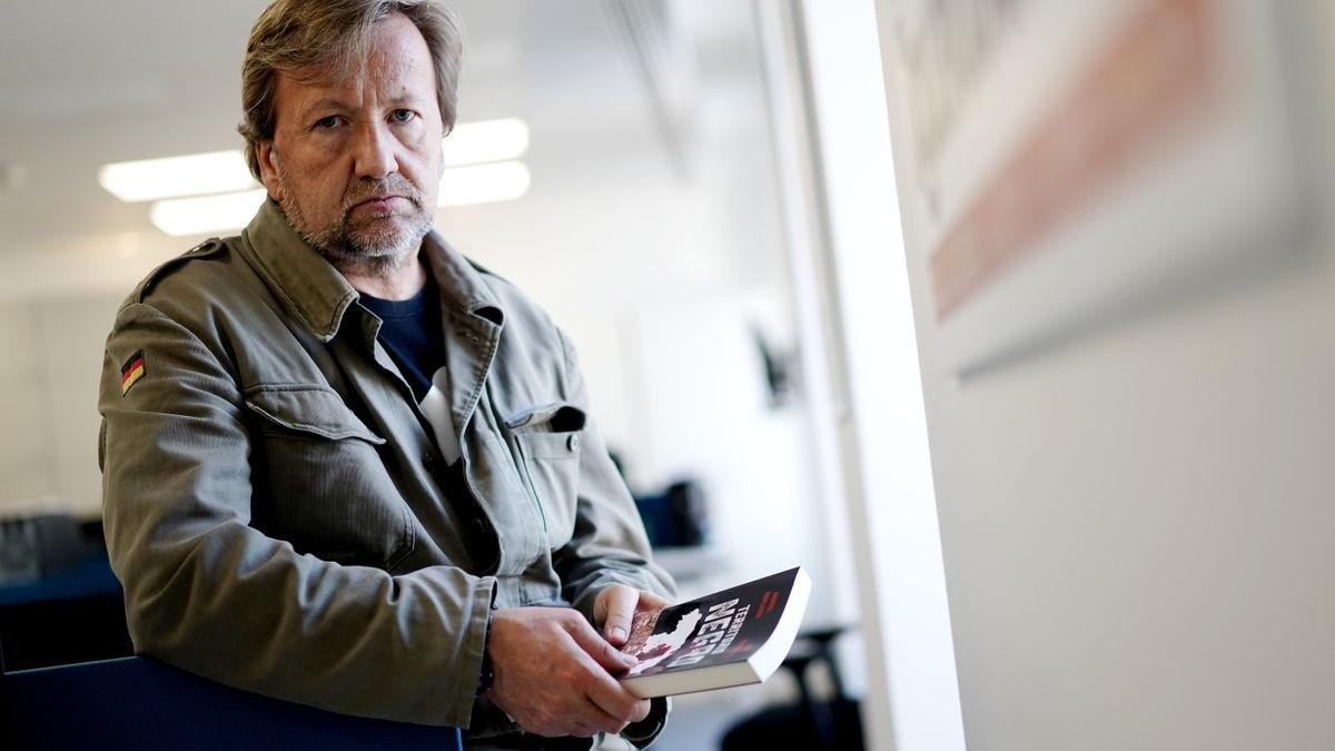 El periodista Luis Rendueles, con su libro 'Territorio negro: Crímenes reales del siglo XXI'.