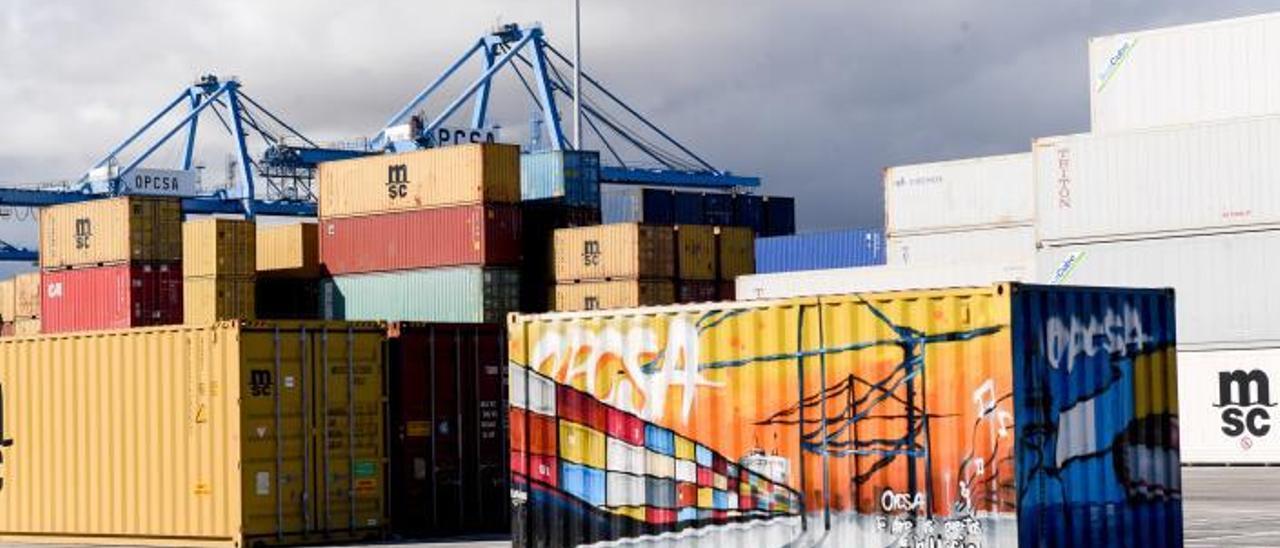Contenedores en la terminal Opcsa del Puerto de Las Palmas. | | JUAN CASTRO