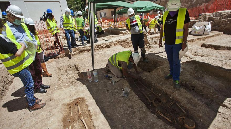 Las excavaciones de la muralla islámica sacan a la luz más de 60 enterramientos
