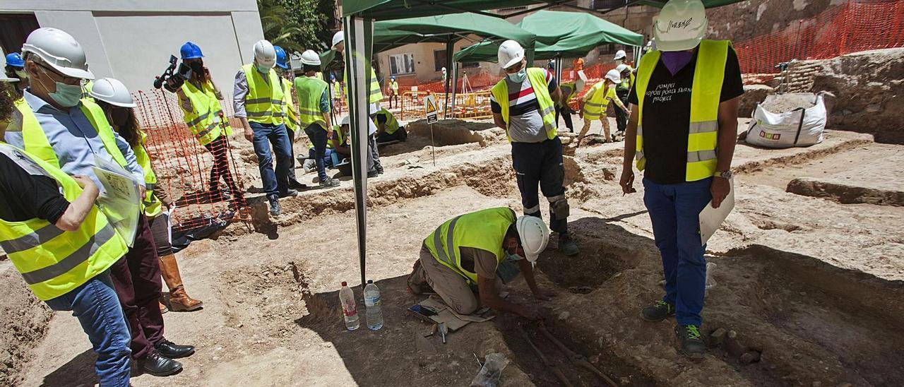 Los arqueólogos sacaron a la luz las primeras tumbas, en unos trabajos que se exhibieron hace unas semanas.    FERNANDO BUSTAMANTE